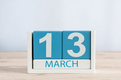 13 mars Jour 13 du mois, calendrier quotidien sur le fond en bois de table Printemps, l'espace vide pour le texte Image stock