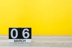 6 mars Jour 6 du mois, calendrier sur la table avec le fond jaune Printemps, l'espace vide pour le texte Image stock