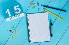 15 mars Jour 5 du mois, calendrier sur le fond en bois bleu de table avec le bloc-notes Printemps, l'espace vide pour le texte Photos stock