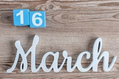 16 mars Jour 16 du mois de marche, calendrier quotidien sur le fond en bois de table avec le texte découpé Le printemps… a monté  Image libre de droits