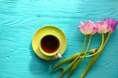 8 mars, jour du ` s de mère, tasse de café et tulipes sur le fond bleu Images stock