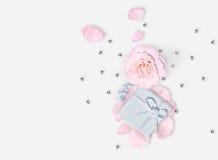 8 mars Jour international du ` s de femme Rose, pétales et cadeau de rose Configuration plate Photos stock