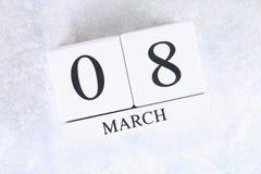 8 mars, jour international du ` s de femmes Calendrier perpétuel en bois Images stock