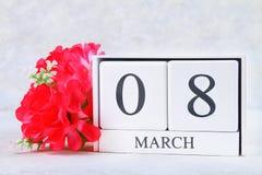 8 mars, jour international du ` s de femmes Calendrier perpétuel en bois et fleurs roses Photo stock