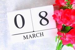 8 mars, jour international du ` s de femmes Calendrier perpétuel en bois et fleurs roses Photos libres de droits