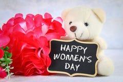 8 mars, jour international du ` s de femmes Tableau avec les fleurs et l'ours de nounours roses Image stock
