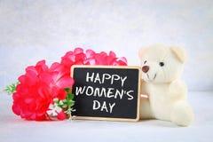 8 mars, jour international du ` s de femmes Tableau avec les fleurs et l'ours de nounours roses Photos libres de droits