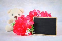 8 mars, jour international du ` s de femmes Tableau avec les fleurs et l'ours de nounours roses Copiez l'espace Photographie stock libre de droits