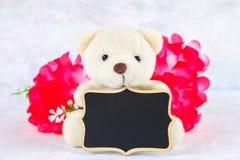 8 mars, jour international du ` s de femmes Tableau avec les fleurs et l'ours de nounours roses Copiez l'espace Photo libre de droits