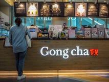 Mars 2019 - la Corée du Sud : Jeune femme asiatique faisant un ordre à un magasin taiwanais de concession de thé de bulle de Cha  photo libre de droits