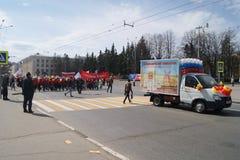Mars le 1er mai dans la ville de Tcheboksary image libre de droits