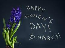 8 mars, le jour des femmes heureuses avec le ressort fleurit Image libre de droits