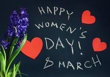 8 mars, le jour des femmes heureuses avec le ressort fleurit Photographie stock libre de droits