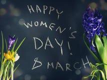 8 mars, le jour des femmes heureuses avec le ressort fleurit Image stock
