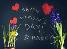 8 mars, le jour des femmes heureuses avec le ressort fleurit Photo libre de droits