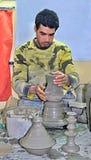 19 mars 2019, le Maroc La ville de Fez : Le potier professionnel montre son travail aux touristes photographie stock