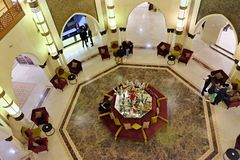 17 mars 2019, le Maroc, un h?tel dans la ville de Marrakech : lobby d'h?tel, fait dans le style mauresque asiatique traditionnel  images libres de droits