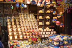 25 MARS 2016 : Les marchandises et les décors typiques se sont vendus aux marchés traditionnels de Pâques sur la vieille place de Image stock