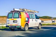 Mars 16, 2019 Los Angeles/CA/USA - AT&T serviceskåpbilar som kör på motorvägen; emblem som visas på sidan fotografering för bildbyråer