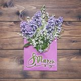 8 mars Lycklig women'sdag! Kort med lila- och liljadalen fl Arkivfoton