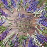 8 mars Lycklig women'sdag! Kort med ramen av lupines Arkivbilder
