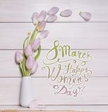8 mars Lycklig women'sdag! Kort med rosa tulpan på vasen Royaltyfria Bilder