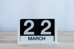 Mars 22nd Dag 22 av månaden, daglig kalender på trätabellbakgrund Vårtid, tömmer utrymme för text Fotografering för Bildbyråer