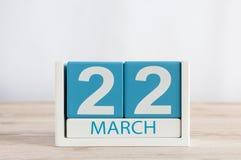 Mars 22nd Dag 22 av månaden, daglig kalender på trätabellbakgrund Vårtid, tömmer utrymme för text Arkivfoto