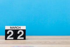 Mars 22nd Dag 22 av månaden, kalender på tabellen med blå bakgrund Vårtid, tömmer utrymme för text Fotografering för Bildbyråer