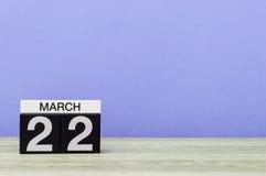 Mars 22nd Dag 22 av månaden, kalender på tabellen med purpurfärgad bakgrund Vårtid, tömmer utrymme för text Fotografering för Bildbyråer