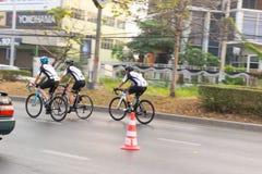 4 mars 2017 Nonthaburi central, Thaïlande a accueilli les cyclistes le long de la tasse du ` s de roi Il y a beaucoup de personne Photo libre de droits