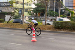 4 mars 2017 Nonthaburi central, Thaïlande a accueilli les cyclistes le long de la tasse du ` s de roi Il y a beaucoup de personne Photos libres de droits
