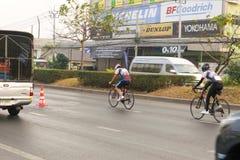 4 mars 2017 Nonthaburi central, Thaïlande a accueilli les cyclistes le long de la tasse du ` s de roi Il y a beaucoup de personne Photographie stock