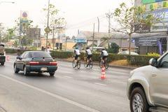 4 mars 2017 Nonthaburi central, Thaïlande a accueilli les cyclistes le long de la tasse du ` s de roi Il y a beaucoup de personne Photos stock