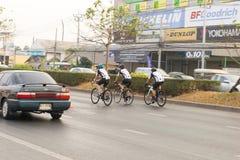 4 mars 2017 Nonthaburi central, Thaïlande a accueilli les cyclistes le long de la tasse du ` s de roi Il y a beaucoup de personne Images stock