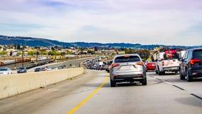 Mars 31, 2019 Oakland/CA/USA - tung trafik på motorvägen i östligt San Francisco Bay område royaltyfri fotografi