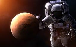 Mars op een vage achtergrond met een reuzeastronaut De elementen van het beeld worden geleverd door NASA Royalty-vrije Stock Foto's