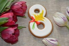 8 mars pain d'épice et tulipes doux Image stock
