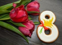 8 mars pain d'épice et tulipes doux Photographie stock libre de droits