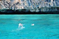 19 mars 2019, Phuket - Taib som simmar i havet, Koh Le, klart blått vatten, naturlig skönhet royaltyfria foton