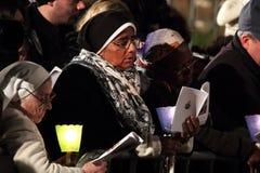 Femmes pendant les stations de la croix présidée par pape Francis I Images libres de droits
