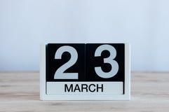 Mars 23rd Dag 23 av månaden, daglig kalender på trätabellbakgrund Vårtid, tömmer utrymme för text Arkivfoton