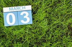Mars 3rd Dag 3 av månaden, kalender på bakgrund för grönt gräs för fotboll Vårtid, tömmer utrymme för text Fotografering för Bildbyråer