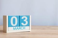Mars 3rd Dag 3 av månaden, träfärgkalender på tabellbakgrund Vårtid, tömmer utrymme för text Arkivfoto