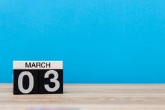 Mars 3rd Dag 3 av marschmånaden, kalender på ljus - blå bakgrund Vårtid, tömmer utrymme för text, modell Arkivbild