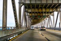 Mars 31, 2019 Richmond/CA/USA - köra på den Richmond - San Rafael bron John F McCarthy minnes- bro, San Francisco Bay royaltyfria foton