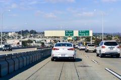 Mars 19, 2019 San Diego/CA/USA - köra in mot Los Angeles till och med tung trafik på en solig dag arkivfoto