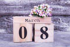 8 mars sur le calendrier, fleurs Photo stock