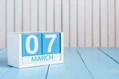 Mars 7th Bild av träfärgkalendern för marsch 7 på vit bakgrund Vårdagen, tömmer utrymme för text Royaltyfri Bild