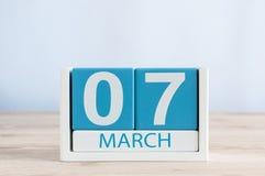 Mars 7th Dag 7 av den dagliga kalendern för månad på trätabellbakgrund Vårdagen, tömmer utrymme för text Arkivbild